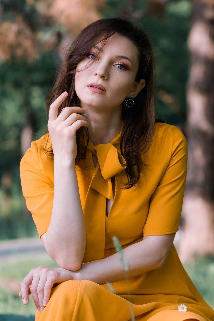 Pentru Ca_Yellow-Creators_Ana-Drobot-Yellow-Mustard-Summer-Dress-pink-block-heel-sandals_Look_Green-Eyes-Make-up-Look