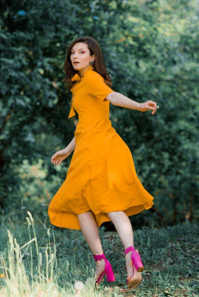Pentru Ca_Yellow-Creators_Ana-Drobot-Yellow-Mustard-Summer-Dress-pink-block-heel-sandals_Look