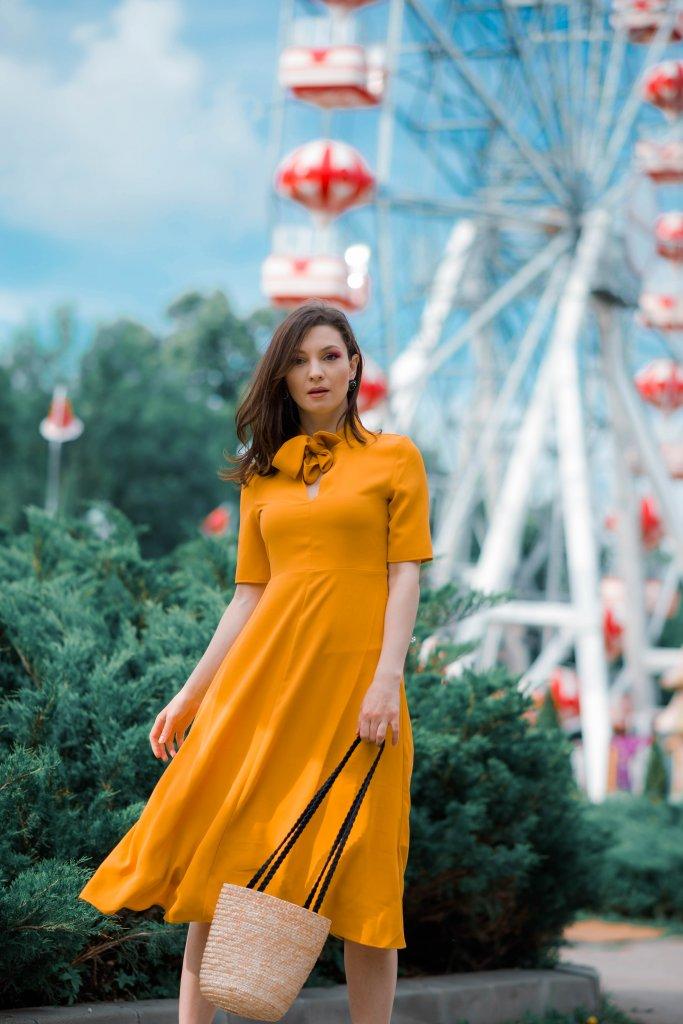 Pentru Ca_Yellow-Creators_Ana-Drobot-Yellow-Summer-Dress-pink-block-heel-sandals_Look